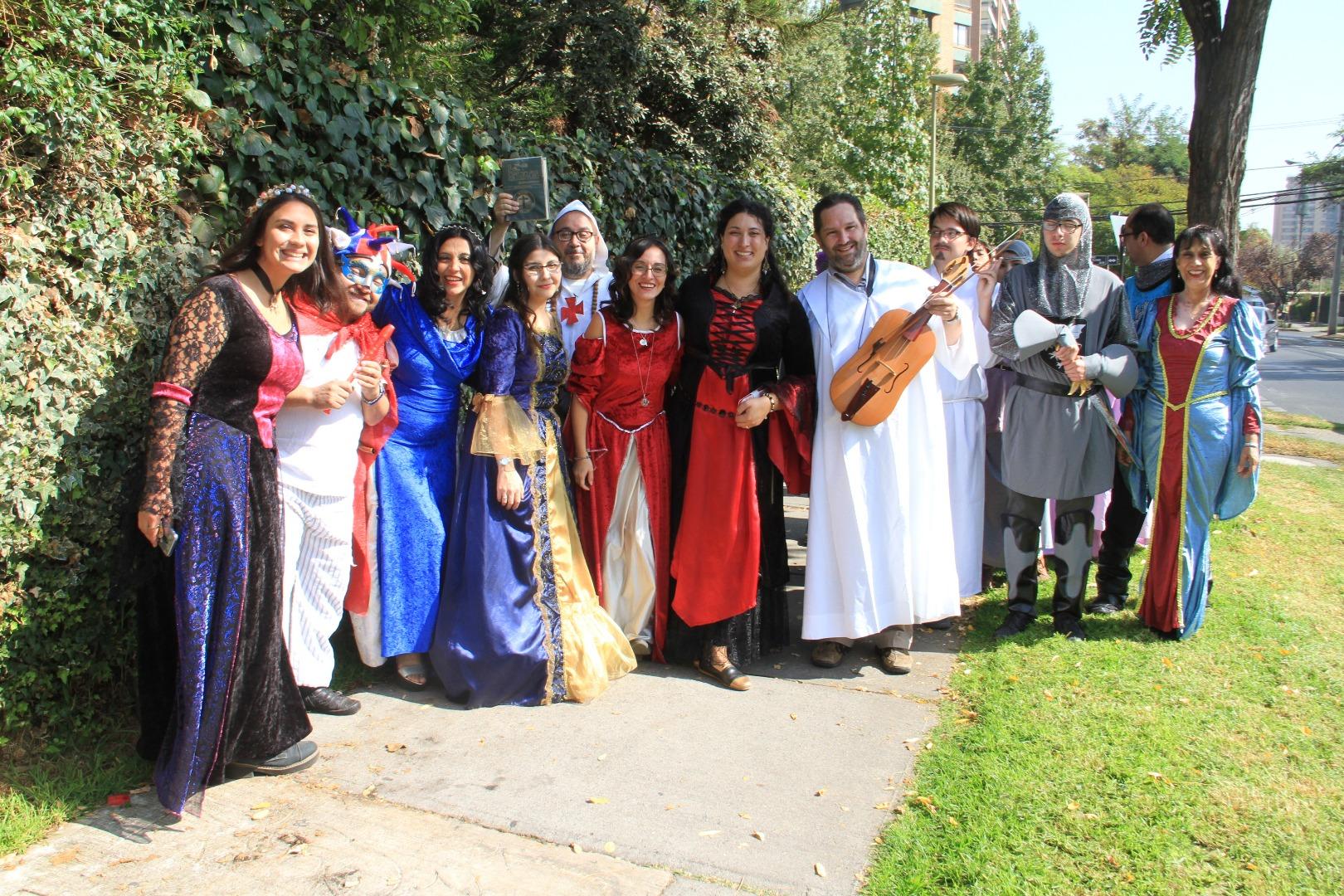 Llevaron música y disfraces de época por los alrededores del colegio