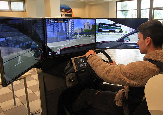 Alumnos aprenden con un simulador de conducción