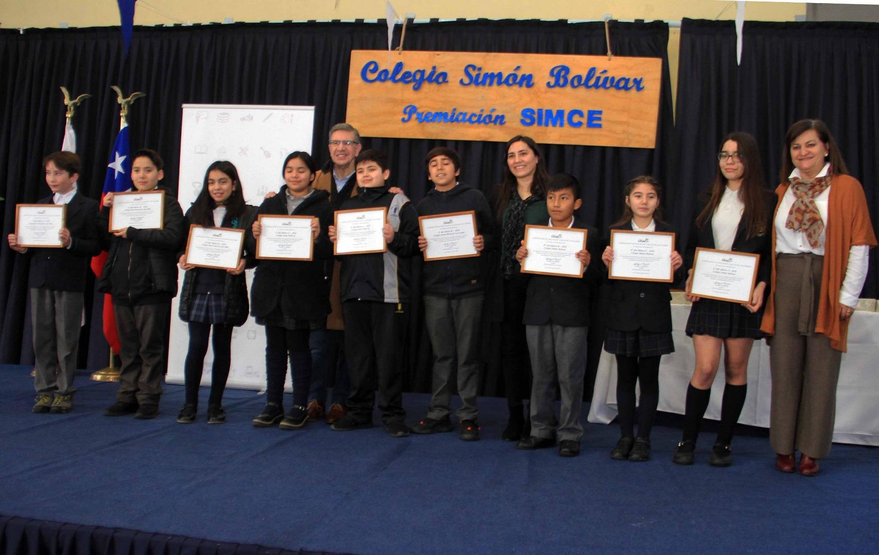 Alcalde premia a cursos destacados en Simce